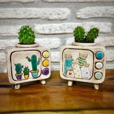 Hand Made Ceramic Retro Tv Diy Clay, Clay Crafts, Ceramic Clay, Ceramic Pottery, Mini Vasos, Keramik Design, Clay Projects, Plant Holders, Clay Creations