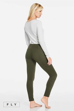 Master the art of apres-ski in a cross-front tee that will keep you cozy from lodge to daytime walks. Keep the ski-inspired look going in our paneled olive green jogger, equipped with a metal buckle. | Nome Outfit - Fabletics