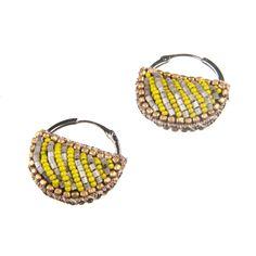 Gossip Girl oyuncularının kullandığı Suzanna Dai tasarımlarından Nairobi Yarım Daire Küpe; yarım daire şeklindeki deri üzerine metal ve sarı boncukların işlenmesi ile tasarlanmıştır. Jean pantalonlar ile kolaylıkla kullanabileceğiniz bu küpeler ile, elbiselerinizle de çok şık bir kombin yaratabilirsiniz. Materyaller: Deri, cam ve renkli boncuk http://www.stilimo.com/urunler/11093/nairobi-sari-yarim-daire-kupe-suzanna-dai