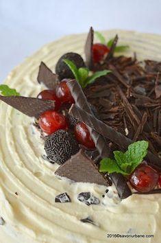 Tort stracciatella crema mascarpone si ciocolata Savori Urbane (3) Delicious Desserts, Yummy Food, Romanian Food, Something Sweet, Tiramisu, Biscuits, Food And Drink, Ice Cream, Sweets