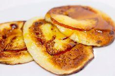 """""""Oladiile din mere"""" sunt delicioase și se prepară foarte ușor, ideale pentru micul dejun. Oladiile se prepară din făină integrală, nu conțin zahăr și produse lactate, dar sunt foarte fragede și delicate, moderat de dulci și extrem de aromate. Bucurați-vă copiii cu un mic dejun sănătos și absolut delicios. Serviți oladiile cu miere sau dulceață. …"""