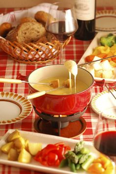 具材は、フランスパン、茹で野菜、ソーセージとハム、プチトマト、うずらの卵、茹でた鶏肉、海老、ホタテ、きのこ類などが一般的です。 チーズフォンデュはチーズそのものを味わう料理なので、シンプルだからこそ具材にもこだわりたいところです。