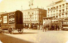 """Esta curiosa foto de principios del siglo XX muestra un simpático carro de reparto perteneciente a la casa de lunas y espejos """"Perean..."""
