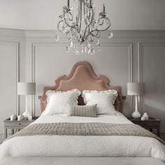Versátil, o boiserie é capaz de destacar elementos decorativos, pode combinar com estilos variados de decoração e trazer requinte e charme para o lar.