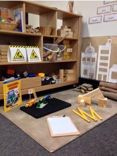 Note the Kraft paper with provocation in proximity to the construction area. Construction Play area via Walker Learning Approach: Personalised Learning ≈≈ Play Spaces, Learning Spaces, Learning Environments, Reggio Emilia, Block Center, Block Area, Classroom Design, Classroom Decor, Construction Area Ideas