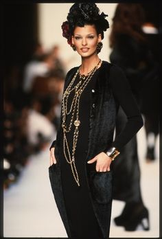 Linda Evangelista at the Chanel Fall/Winter show - The most incredible vintage Chanel jewelry from the and - Page 2 Chanel Fashion, 90s Fashion, Runway Fashion, Fashion Brands, Vintage Fashion, High Fashion, Luxury Fashion, Fashion Accessories, Mode Chanel