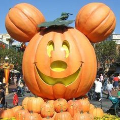 at Disneyland. Love this time of the year at Disney! Can't wait to be there in the fall with sisters and their kiddos!time at Disneyland. Love this time of the year at Disney! Can't wait to be there in the fall with sisters and their kiddos! Disneyland Halloween, Holidays Halloween, Scary Halloween, Halloween Pumpkins, Halloween Party, Halloween Crafts, Disney Holidays, Halloween 2014, Halloween Makeup