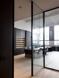 sala de reunião com divisória de vidro