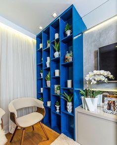 Quando uma estante faz a diferença e é o destaque da sala 💙 Projeto do nosso escritório @depaulaenobrega