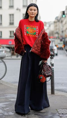 How to Wear Logos: Turn a simple sweatshirt into streetstyle magic with congruous voluminous shapes. Runway Fashion, High Fashion, Fashion Outfits, Female Fashion, Womens Fashion, Fashionista Street Style, Bold Logo, Models Off Duty, Street Chic