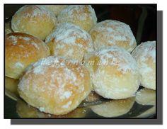 Olejové koláčky --Suroviny: 250 ml mléka 200 ml oleje 2 žloutky špetka soli 500 g polohrubé mouky plná lžíce cukru 30 g droždí Náplň: 250 g tvarohu 1 vejce, cukr trocha pudinku Creme Ole rozinky strouhaná citrónová kůra Na potření: rozpuštěné máslo rum cukr moučka