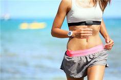 Una mujer practica el running al aire libre en una playa