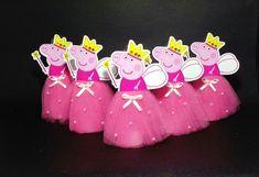 Tubetes de luxo personalizado, com saia em tule, vão deixar sua festa ainda mais especial! Feitos especialmente para seu evento! Princesa trabalhada no tubete de acrílico 13 cm, com tag de papel couche brilhante 230g com impressão a laser que deixam as imagens perfeitas, saia em tule de p... Girl Birthday Themes, Fairy Birthday Party, Pig Birthday, 2nd Birthday Parties, Birthday Party Decorations, Pepper Pig Party Ideas, Peppa Pig Printables, Aniversario Peppa Pig, Cumple Peppa Pig