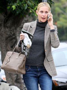Lily Bass tiene puesto una bolsa bronceado. Lily lleva los jeans y un sueter lana.