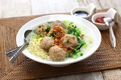 Mie Bakso: Indonesia dish of noodles with beef surimi meatballs. Korma, Biryani, Soup Recipes, Healthy Recipes, Delicious Recipes, Cooking Recipes, Yummy Food, Chicken Balls, Meatball Soup
