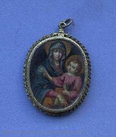 Medallón de forma oval con representación de la Virgen sentada con el Niño en su regazo. CE01487