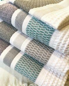 Avec les serviettes de bain Folk, la toilette est une fête, pour le corps et pour l'âme. With the Folk bath towels, bathing is a joy for… Bath Towels, Tea Towels, Hanging Towels, Decorative Towels, Weaving Textiles, Weaving Projects, Towel Set, Home Textile, Weaving