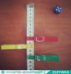 Zasady są proste a wykonanie jeszcze łatwiejsze: - potrzebny będzie centymetr krawiecki, klamerki, kości/kość do gry, - ustal cel gry np. 100 cm, - rzuć kostką i przesuń klamerkę o ilość oczek,  - w grze można wykorzystać dwie kostki do gry (wówczas ćwiczymy dodawanie),  - kto pierwszy osiągnie cel ten wygrywa. Personalized Items, School, Silver, Accessories, Montessori, Money, Jewelry Accessories
