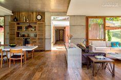 Que piso é esse?!!! Estrutura de concreto abriga cozinha supercolorida em casa de campo - Casa
