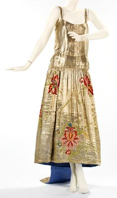 Evening dress- House of Lanvin (French) Designer: Jeanne Lanvin Date: spring/summer 1923 Medium: silk, metal, feather Brooklyn Museum Costume Collection at The Metropolitan Museum of Art 20s Fashion, Fashion Moda, Art Deco Fashion, Fashion History, Vintage Fashion, Fashion Design, Victorian Fashion, Jeanne Lanvin, Moda Vintage