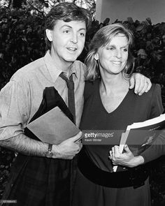 Paul McCartney and his wife Linda greeting the press, in the US to promote his new album 'Give My Regard's to Broad Street', Los Angeles, October Paul Mccartney Beatles, My Love Paul Mccartney, Paul Mccartney And Wings, Linda Eastman, Beatles Love, Sir Paul, Eyebrows On Fleek, Wife And Girlfriend, Ringo Starr