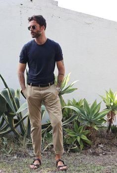 Hot Men, Best Sandals For Men, Unisex Fashion, Mens Fashion, Dad Outfit, Barefoot Men, Mens Flip Flops, Men Photography, Stylish Mens Outfits