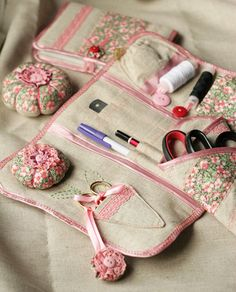 Really pretty sewing kit. I'd love to copy the look and pattern. Sewing Caddy, Sewing Box, Sewing Notions, Sewing Kits, Sewing Hacks, Sewing Crafts, Sewing Projects, Notions De Couture, Diy Sac