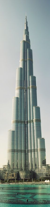 The world's tallest building. It ended up being 40% taller than the previous world's tallest bulding... overachieve much? #dubai ah Dubai...