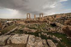 """""""Güneydoğu'nun Efes""""i Keşfedilmeyi Bekliyor  """"Peygamberler şehri"""" olarak bilinen Şanlıurfa'da Şuayb Peygamber'in yaşadığı ve Hazreti Musa ile buluştuğu mekan olduğu rivayet edilen Şuayip Antik Kenti, Efes'i andıran görüntüsüyle ziyaretçilerini bekliyor."""