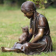 Bronze garden sculpture of a girl playing with her cat. Mädchen spielt mit ihrer Katze
