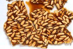 Croccante ai pinoli, un dolce da gustare in ogni momentoe poi bastano due ingredienti e pochi minuti per preparare questo snack dolce che piace a tutti.