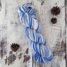 手染めの1点ものになります。イメージは舞曲のひとつ「Gigue(ジーグ)」です。 靴下を編む場合、4段程度のセルフストライピングになります。【材質】スーパーウォッシュウール 75% /ナイロン 25%合細程度4-ply /100g /約410m推... 100g, Hand Dyed Yarn