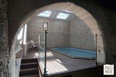 Piscinelle d'interieur construite dans une pièce en totalement faite de pierre. La terasse en ipé donne un esprit zen à la pièce.