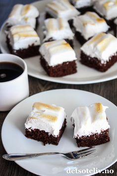 Devil's Food Cake i langpanne med grillet marengs | Det søte liv Liv, Food Cakes, Brownies, Cake Recipes, Delish, Cheesecake, Sweets, Desserts, Cakes