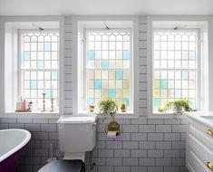 Ett romantisk badrum med genomgående inslag av mässing. Till golvet har kunden valt mönstrad klinker i marockansk stil. De vackra badrumsfönsterna i färgat glas får badrummet att bada i ljus. Det unika badkaret på tassar i mässing kombineras med en inbyggd blandare, också den i mässing. Ett stort handfat i vitt porslin har installerats på en underdel i vitt trä. Bada, Alcove, Bathtub, Bathroom, Standing Bath, Washroom, Bathtubs, Bath Tube, Full Bath