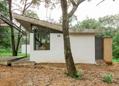 Image 1 of 17 from gallery of House in the Woods / COCCO Arquitectos. Photograph by Alejandro Souza
