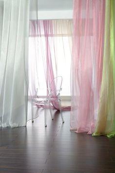 Satynowe firany w pastelowych kolorach.
