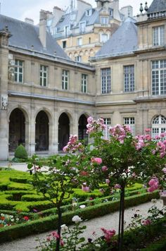 courtyard of the Musée Carnavalet, which is dedicated to the history of Paris, shown through its large collection of paintings, drawings, sculptures, prints and decorative arts // all the beauty things...