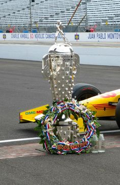 The Indianapolis 500 is all about traditions! Borg-Warner trophy and wreath and of course - Milk! #Indy500 pic.twitter.com/ssPuvfHrhW