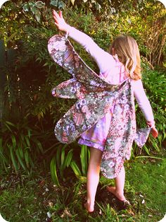 Great fairy wings from sheets . This is probably the wing method I will use, seeing as it is really pretty and easy. Diy Fairy Wings, Diy Wings, Sewing For Kids, Baby Sewing, Diy For Kids, Fabric Butterfly, Butterfly Wings, Bolo Rapunzel, Sewing Crafts