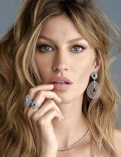 Über model brasileira é a nova estrela da campanha de Natal de famosa grife de joias                                                                                                                                                     Mais