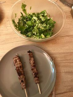 Masa clean.  Frigarui de vita si salata verde cu lamaie.