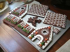Sometimes I wonder about myself 😯 It never occurred to me to decorate my gingerbread house pieces BEFOR putting it together. (Insert face palm here) This is not my gingerbread house or photo. Christmas Sugar Cookies, Christmas Sweets, Christmas Cooking, Christmas Goodies, Gingerbread Cookies, Gingerbread Decorations, Xmas, Gingerbread House Designs, Gingerbread House Parties