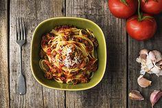 De meest gegeten pastasaus is vast de bolognese: traditioneel wordt deze in Italië geserveerd over de spaghetti. Maar het smaakt ook heerlijk over elke andere pastasoort. Moeilijk is het niet, je moet alleen voor het beste resultaat even geduld hebben.
