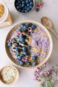 Veggie-based Blueberry Smoothie Bowl (low-sugar) - Vegan/ Gluten free Ever thought of adding cauliflower to your smoothie? Fruit Smoothies, Healthy Smoothies, Smoothie Recipes, Vegetable Smoothies, Breakfast Bowls, Breakfast Recipes, Cute Food, Yummy Food, Açai Bowl