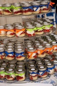 cupcake in a jar, so cute for a birthday or shower- I was trying to do this for desserts desserts for baby shower desserts for weddings Mason Jar Cakes, Mason Jar Desserts, Mason Jars, Mason Jar Meals, Meals In A Jar, Mini Desserts, Baby Jars, Baby Food Jars, Baby Food Recipes