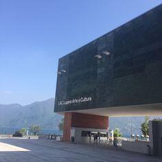 Novinho o museu LAC em Lugano (Suíça) abriu as portas em setembro de 2015. Desde então mudou a cena cultural desta cidade com clima italiano. O espaço tem uma das melhores salas de concertos da região e uma coleção de arte contemporânea de 15 mil peças. Quem assina o prédio todo forrado de um mármore indiano de cor esmeralda é o suíço Ivano Gianola. (via @luaracalvianic) #ApaixonadosPelaSuíça #Lugano #laclugano  via ELLE BRASIL MAGAZINE OFFICIAL INSTAGRAM - Fashion Campaigns  Haute Couture…