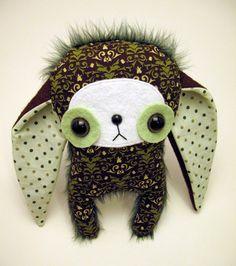 sweet big eyed monster stuffie  J'adore ses yeux ronds et ses grandes oreilles. Me fait penser à Calimero.