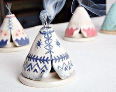 Handsculpted Tipi-Weihrauch-Brenner aus Steinzeug Ton, die den Rauch durch die Spitze des Schornsteins klebt releases gemacht! Die Draht-Sticks wurden mit der Ton im Brennofen, so dass dies eine einzigartige Mixed-Media-Stück verschmolzen. Für Kegel Weihrauch gemacht.  Dieses Angebot gilt für eine Marine / weiss aztekische Design Tipi. Wenn auf Bestellung, dieses Element werden extrem nah an dem Bild aber feine Unterschiede haben kann (geben Ihr Stück es ist handgemachte Charme!).  Maßnahmen…