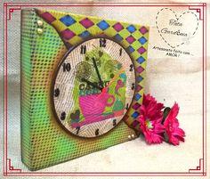Relógio de parede em mdf decorado com pintura em stencil e decoupage de guardanapo